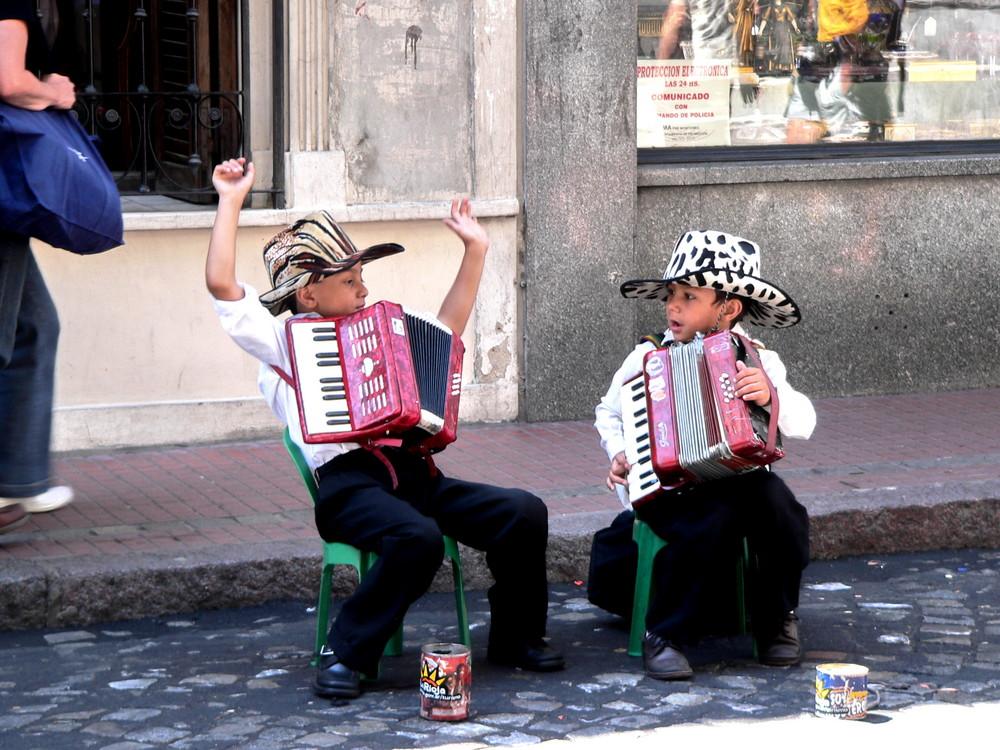 Kleine Strassenmusikanten in Buenos Aires