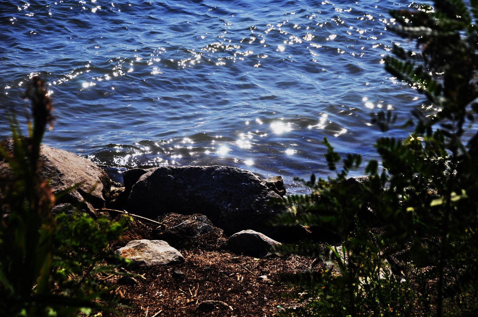 kleine Wellen, klares Wasser