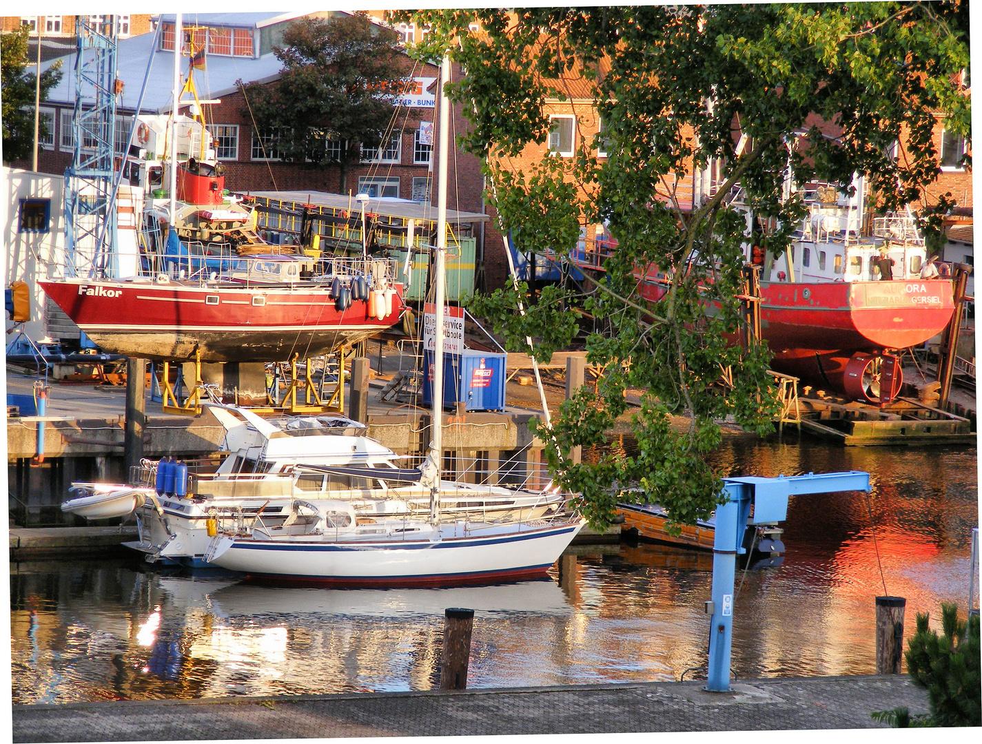 Kleine werft in Cuxhaven / Farbenspiel