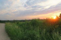 kleiner Feldweghang bei Sonnenaufgang : 25 Grad um 5.30Uhr,