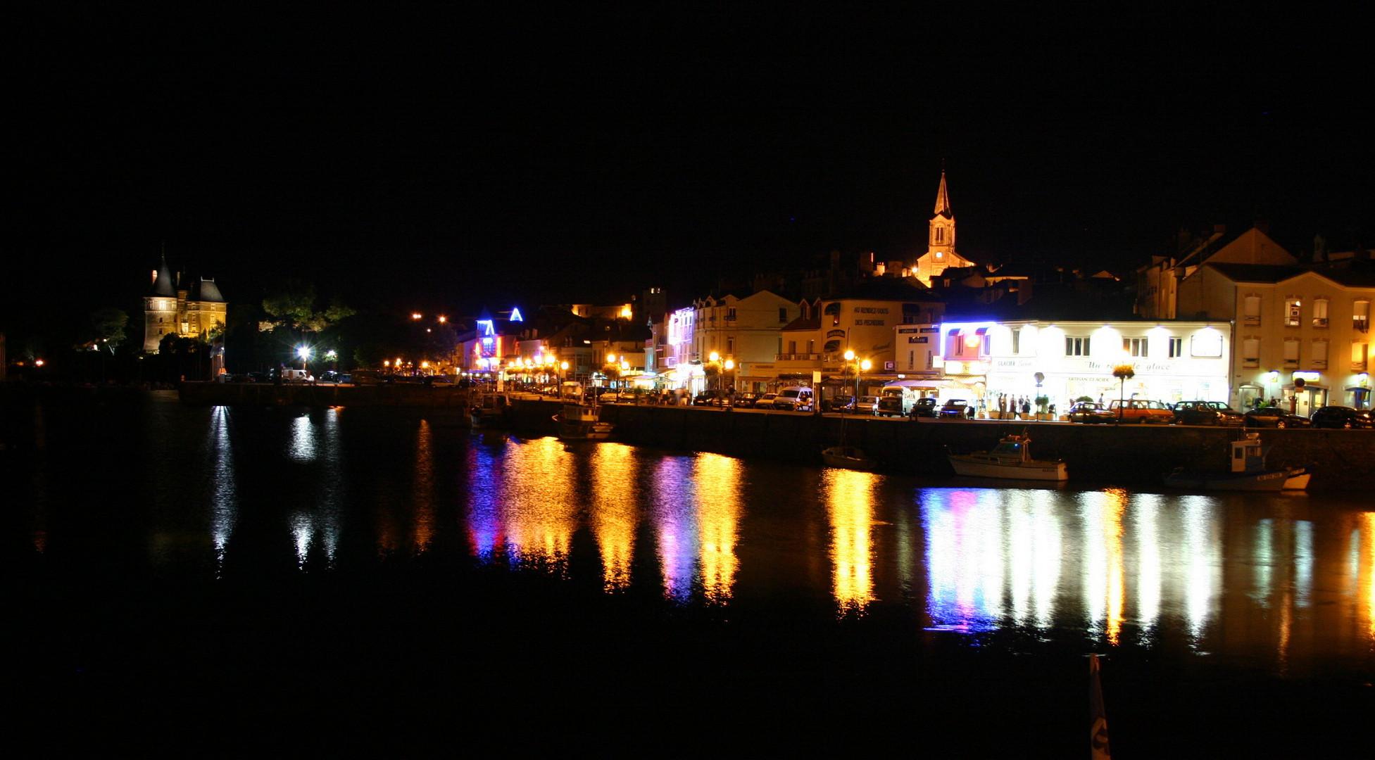 Kleiner Hafen an der Küste der Normandie