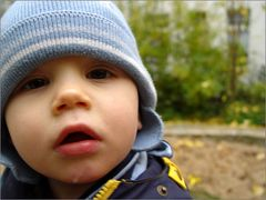 Kleiner Junge im Herbst