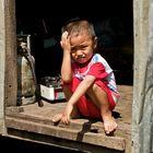 Kleiner Junge in vietnamesischem Dorf