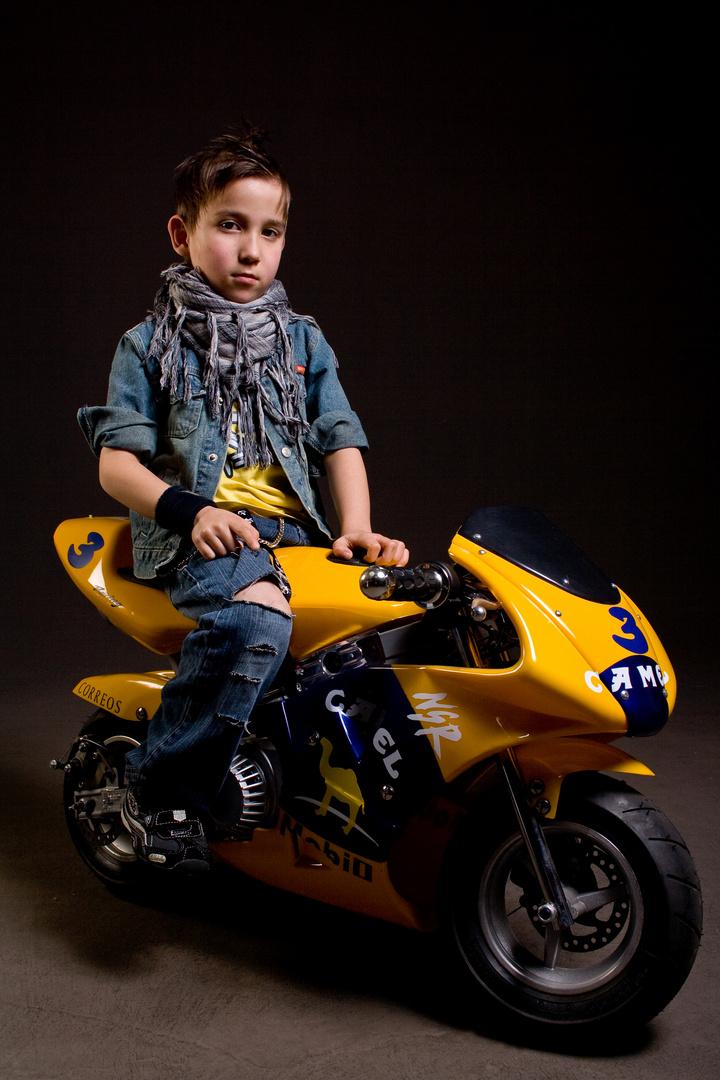 Kleiner Mann auf Poketbike 2
