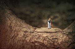 Kleiner Mann im großen Baum