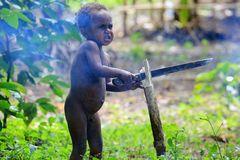 Kleiner Mann und großes Messer