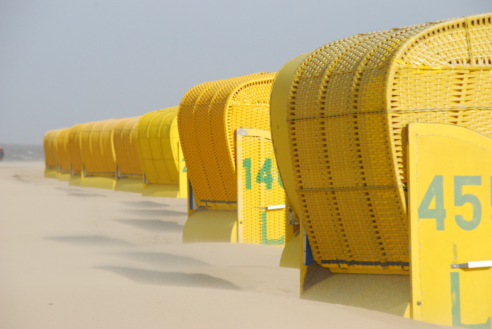 kleiner Sandsturm hinterm Strandkorb
