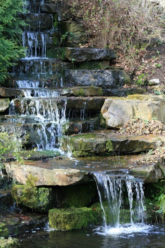 Kleiner Wasserfall im Botanischen Garten Foto & Bild | landschaft ...
