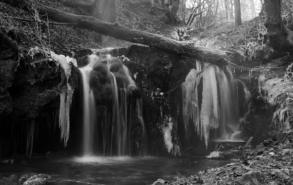 Kleiner Wasserfall im Winter