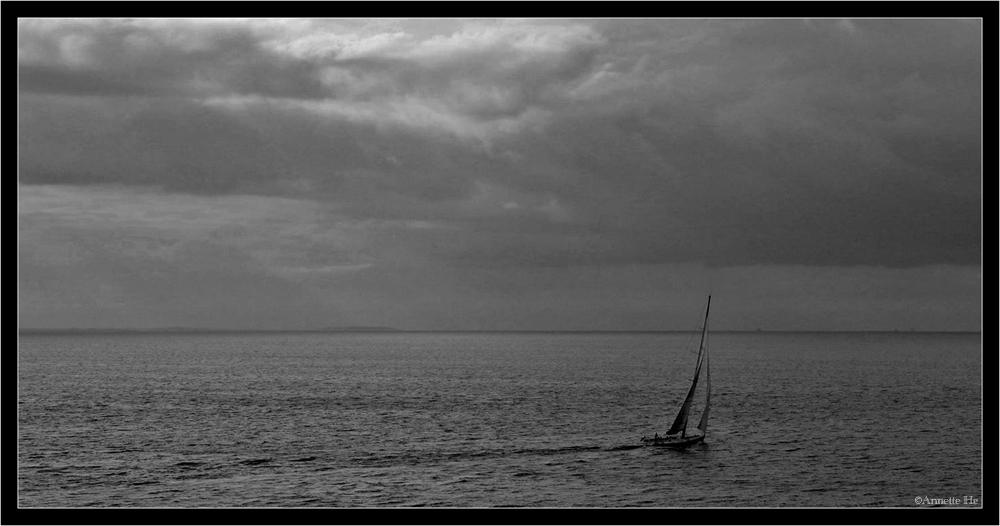 Kleines Boot auf großer Fahrt