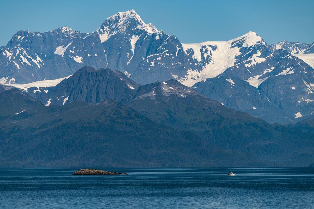 Kleines Boot vor großen Gletscher