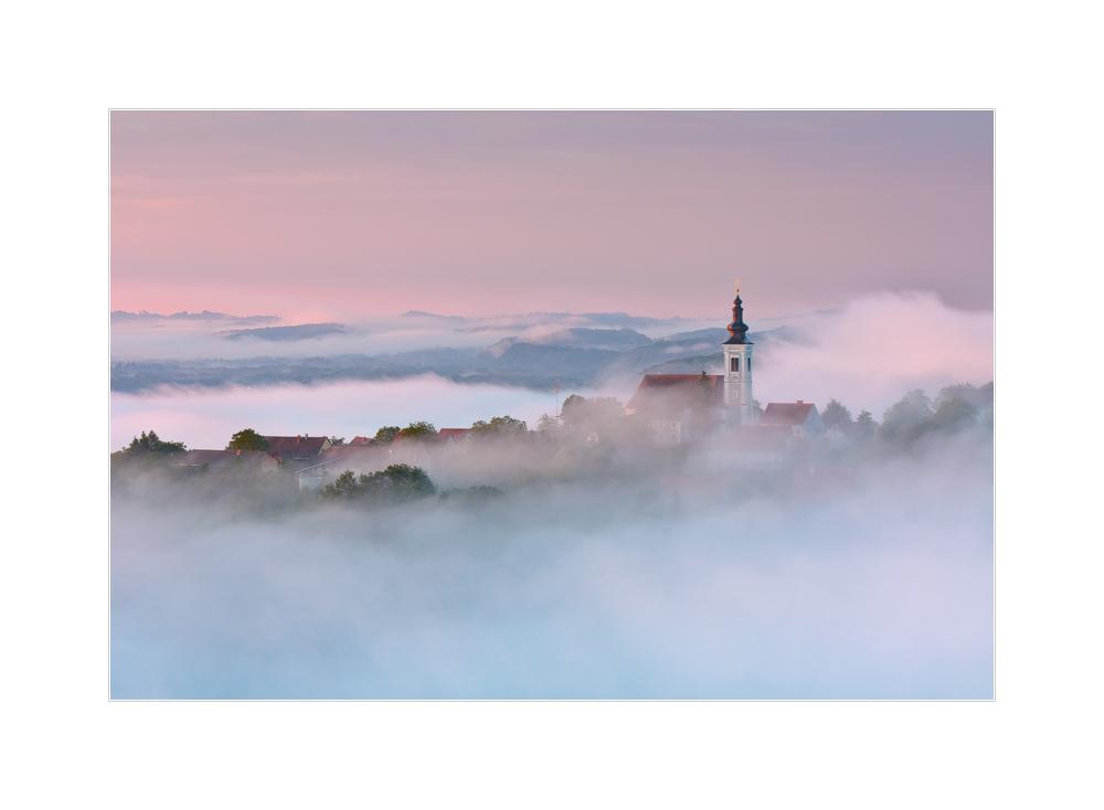Kleines Dorf versinkt im Nebel