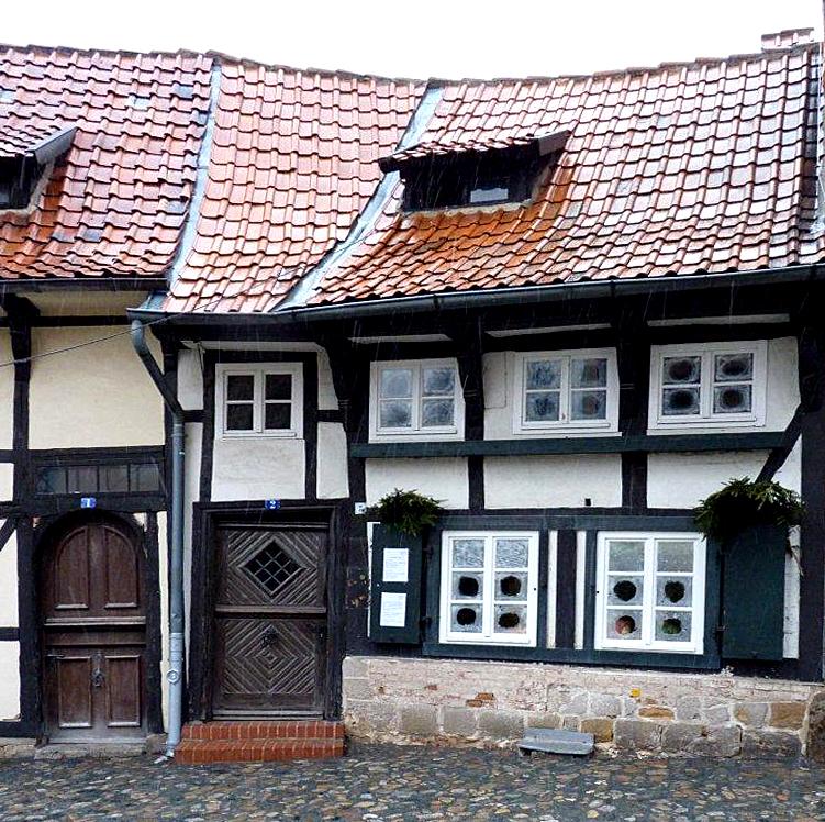kleines fachwerkhaus in quedlinburg im schneeregen am aufgenommen foto bild. Black Bedroom Furniture Sets. Home Design Ideas
