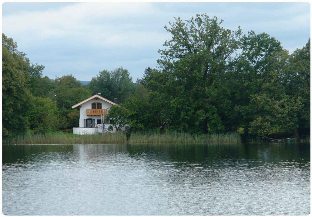 kleines Haus am See Foto & Bild