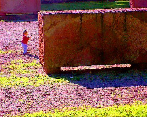 Kleines Kind vor grossem Stein