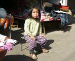 Kleines Mädchen in der Kunminger Januarsonne