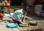 Kleines Mädchen wäscht Schultaschen
