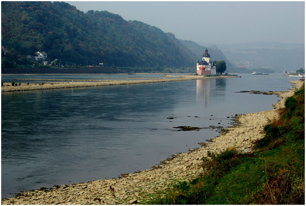 Kleinwasser am herbstlichen Rhein (Pfalzgrafenstein) -1-