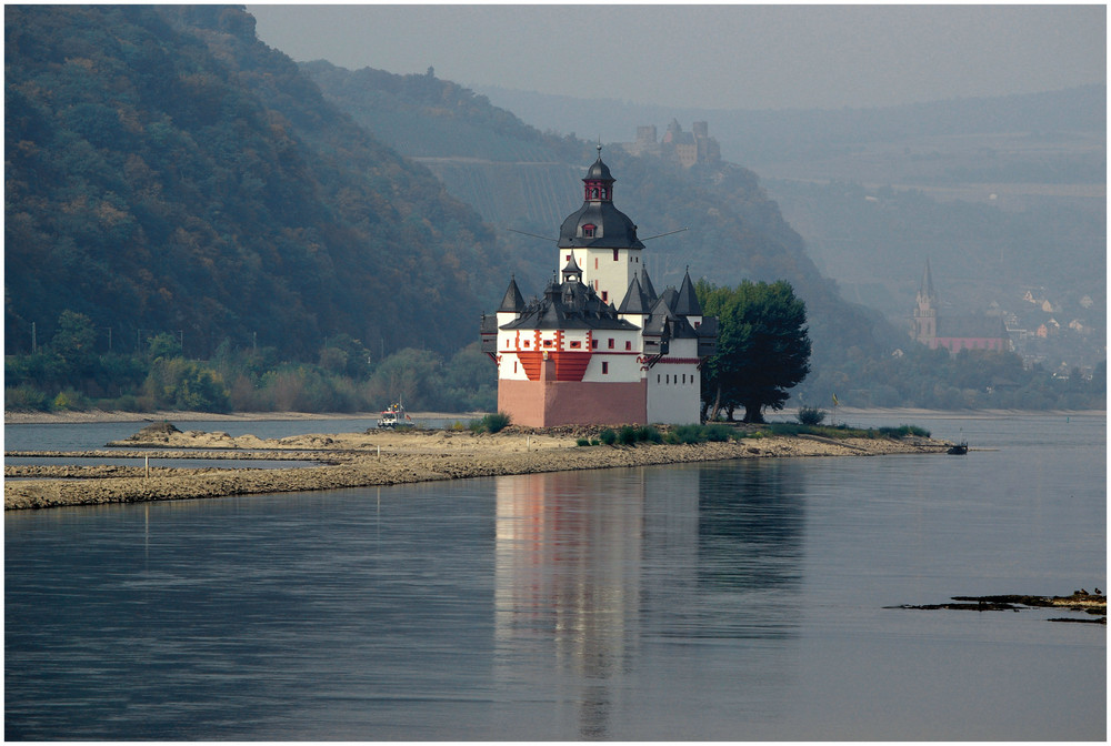 Kleinwasser am herbstlichen Rhein (Pfalzgrafenstein) -2-