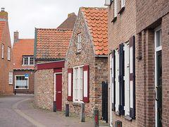 Klinkerhäuser an der Kirche im Zentrum von Domburg, Provinz Zeeland (NL)