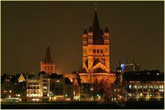 """Köln / Blick auf die Altstadtfront mit den Türmen der Kirche """"Groß St. Martin"""" und des Rathauses"""