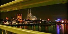 Köln - Blick durch's Geländer der Deutzer Brücke auf die Altstadt ...