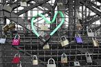 Kölner (Brücken-) Herzen - - -  Liebe macht die Welt bunt