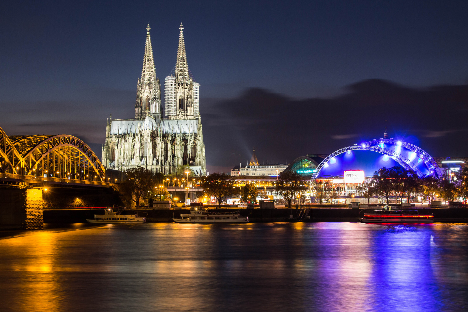 Kölner Dom mit Oper at night