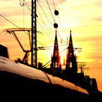 Kölner Dom und Hohenzollernbrücke vom Deutzer Bahnhof aus fotografiert