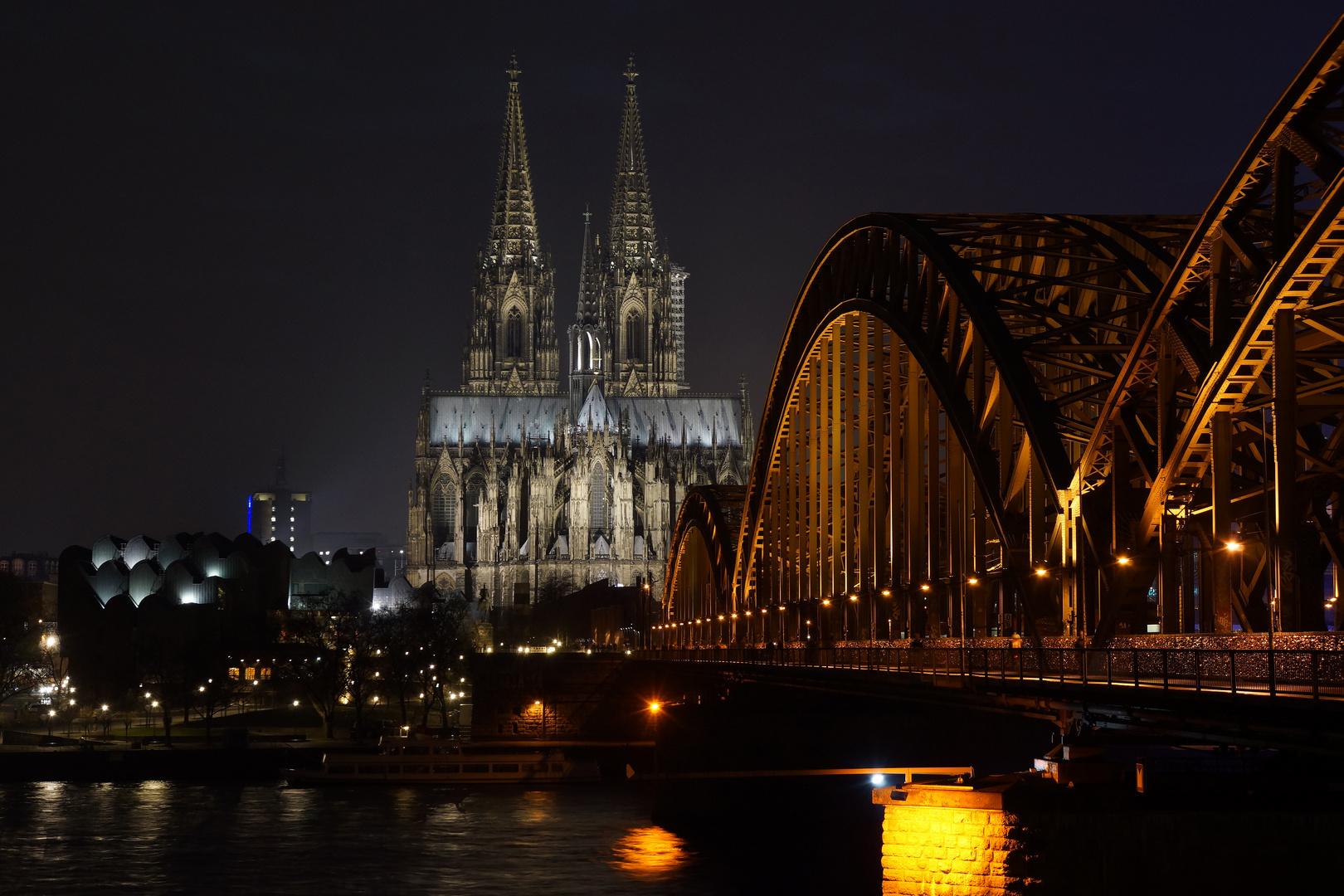 Kolner Dom Von Der Anderen Rheinseite Im Abendhimmel Foto Bild Landschaft Lebensraume Nacht Bilder Auf Fotocommunity