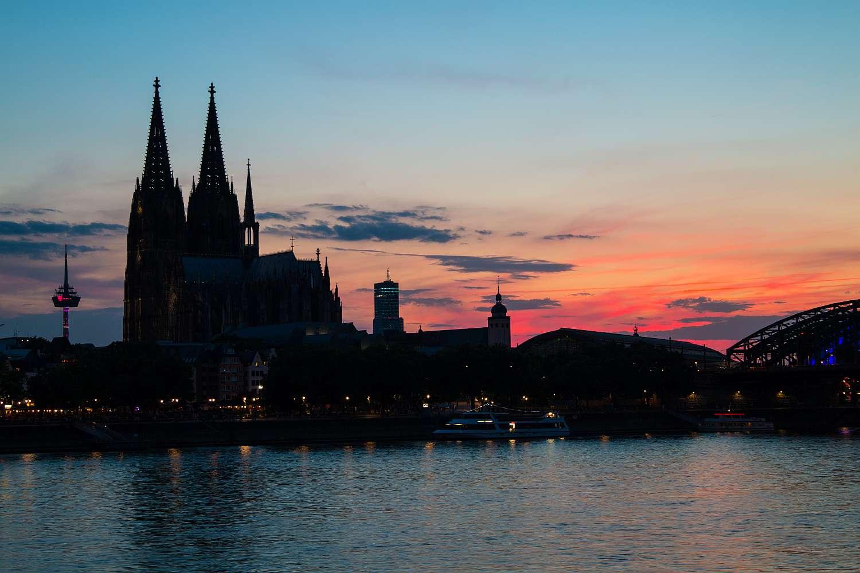 Kölner Dom vor Sonnenuntergang