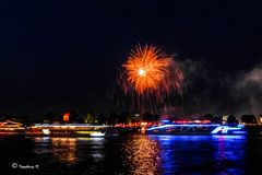 Kölner Lichter 2013 - Einfahrt der Schiffe vor dem Feuerwerk -3