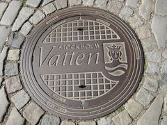 Königlicher Gullideckel in Stockholm