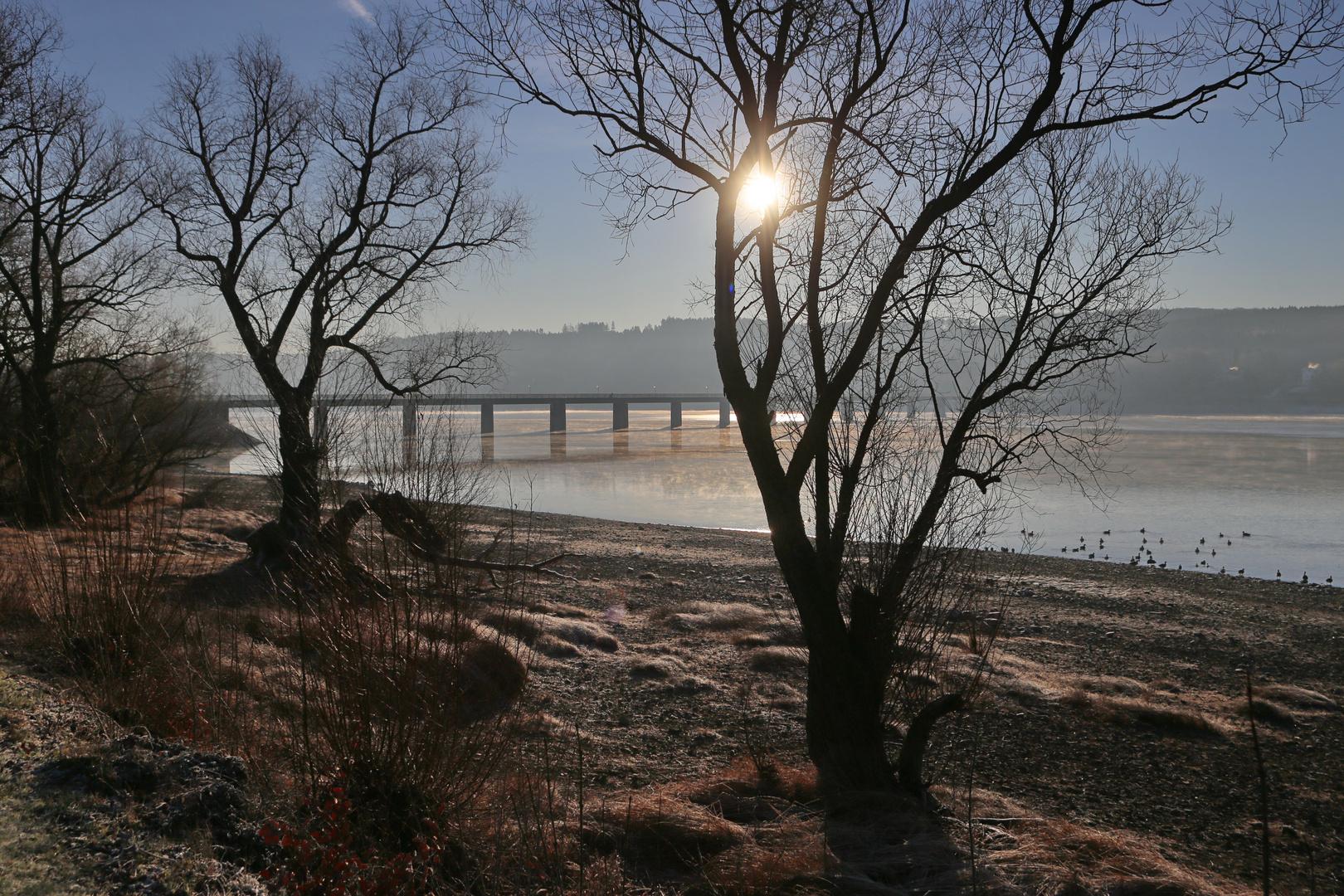 Körbecker Brücke über den Möhnesee an einem kalten Morgen