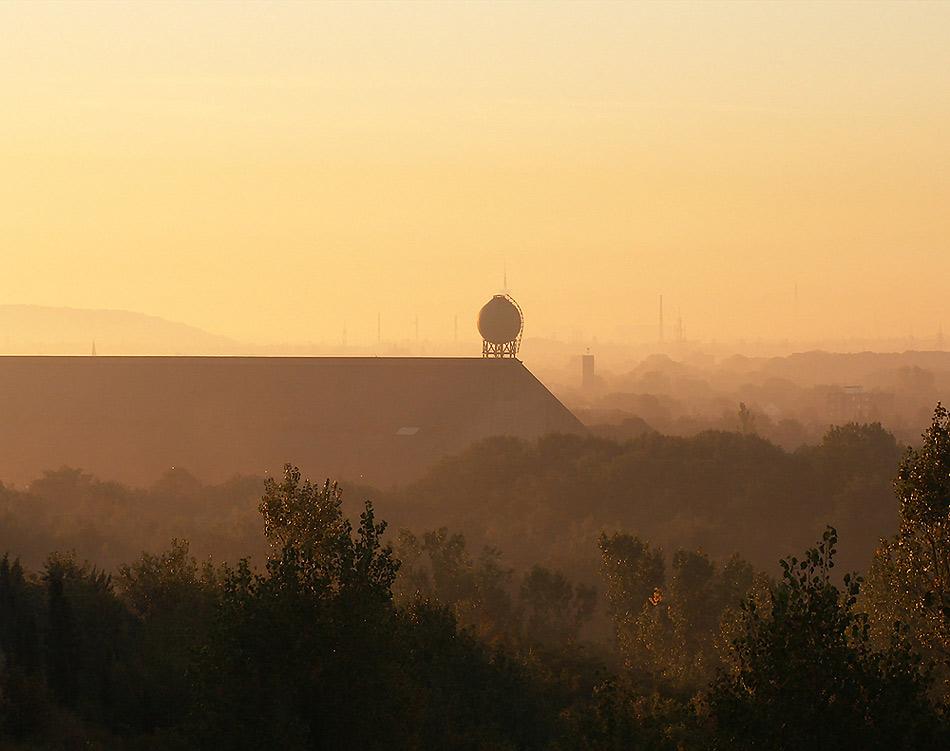 Kohlenmischhalle der ehem. Zeche Pattberg im Morgennebel