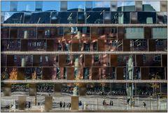 Kolleggebäude 1 der Uni Freiburg in der spiegelnden Fassade