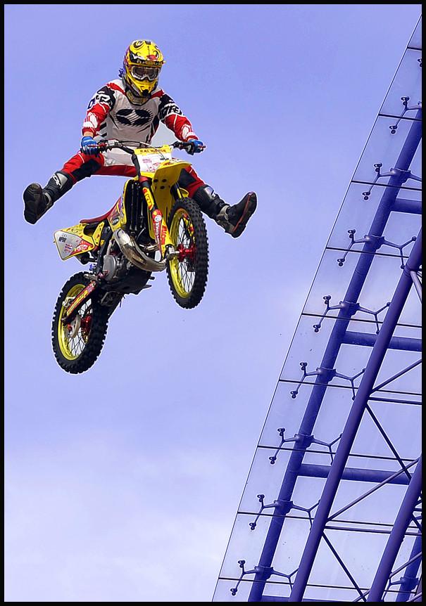 Kommt ein Freestyle Motocrosser geflogen...