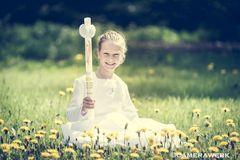 Kommunion - Mit Kleid und Kerze in der Frühlingswiese - High Key