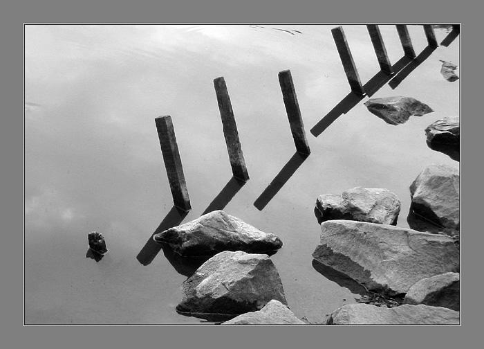 Komposition mit Steinen und Pfählen