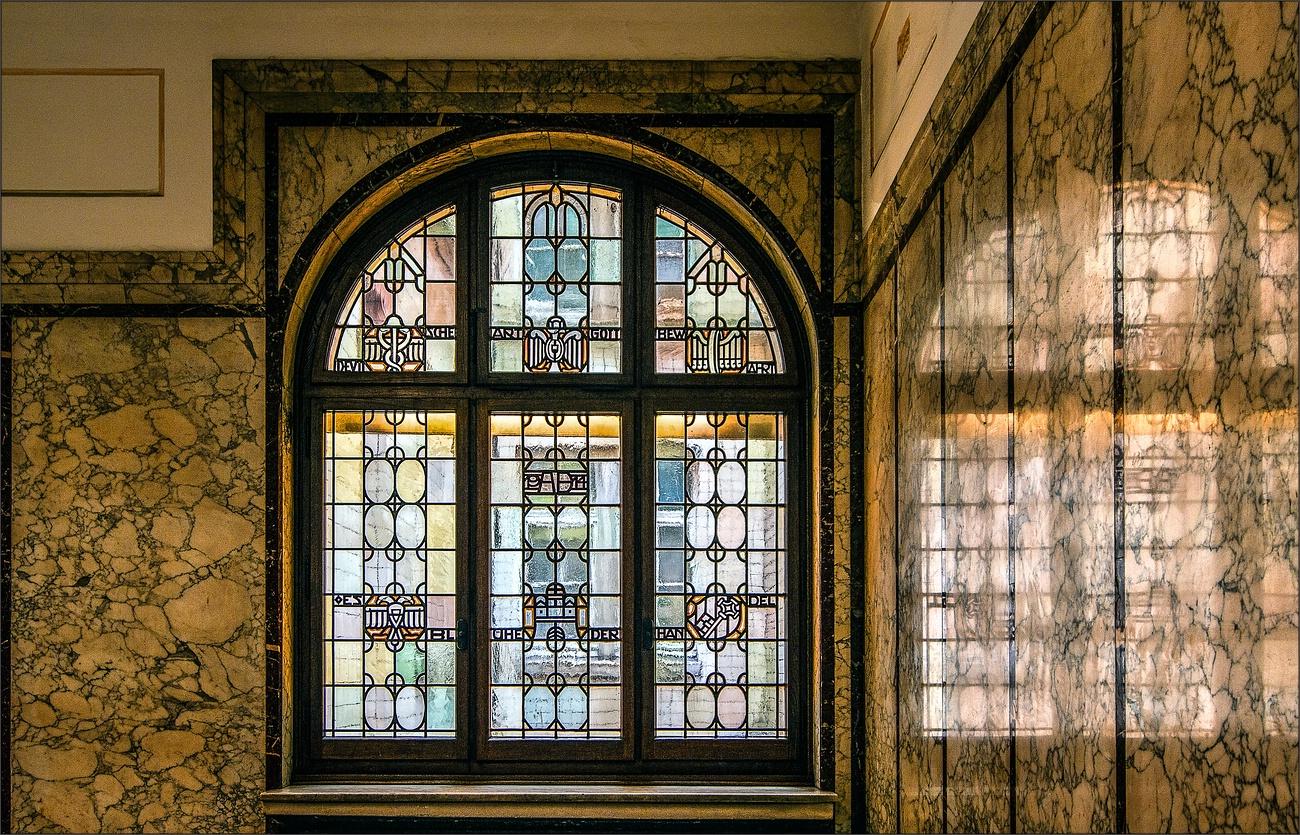 * Kontorhaus-Fenster *