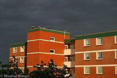 """Kontrast I - """"schwarzer Himmel"""" und von Sonne angestrahltes Haus"""