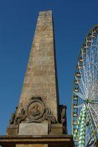 Kontraste 1/ Alter Obelisk und Riesenrad auf dem Erfurter Domplatz