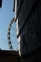 """Kontraste 2/ Blick aus einer mittelalterlichen Gasse auf das Riesenrad des Erfurter """"Oktoberfestes"""""""