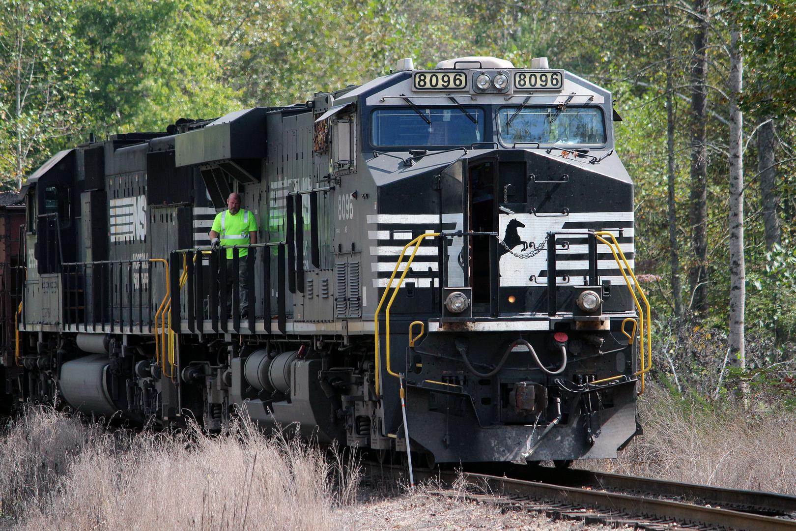 Kontrollgang kurz vor Abfahrt, NS#8096 GE ES44AC, Norfolk & Southern,USA