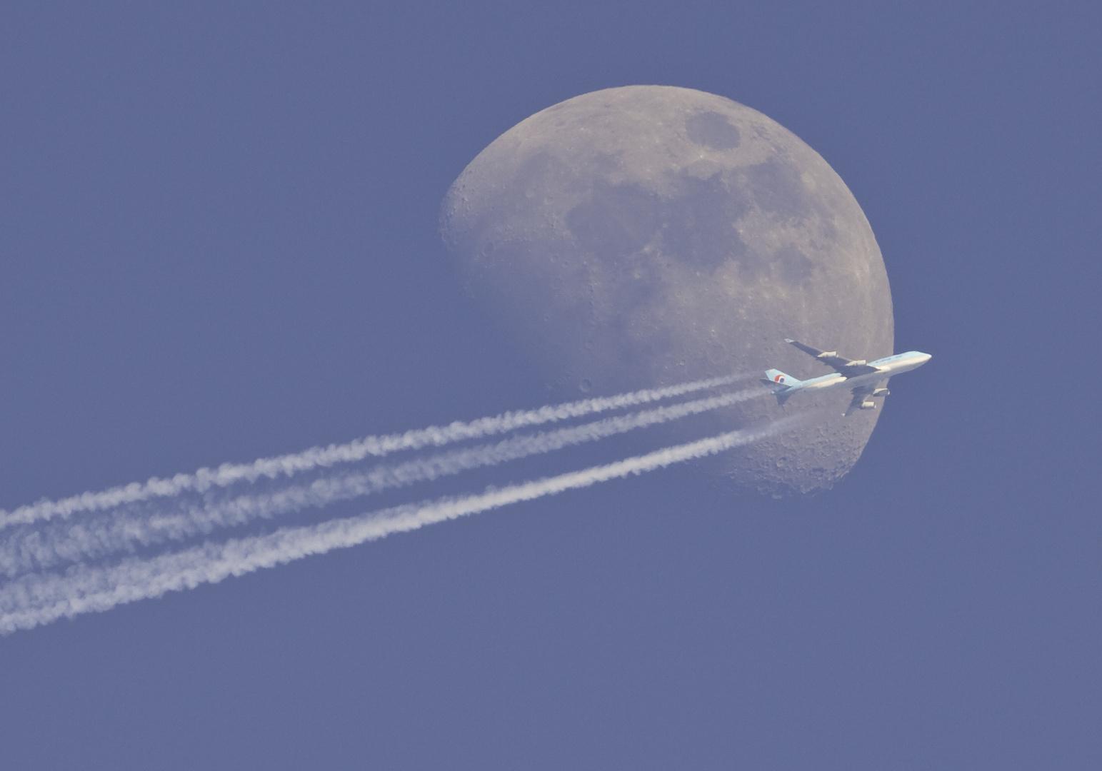 korean air devant la lune le jour