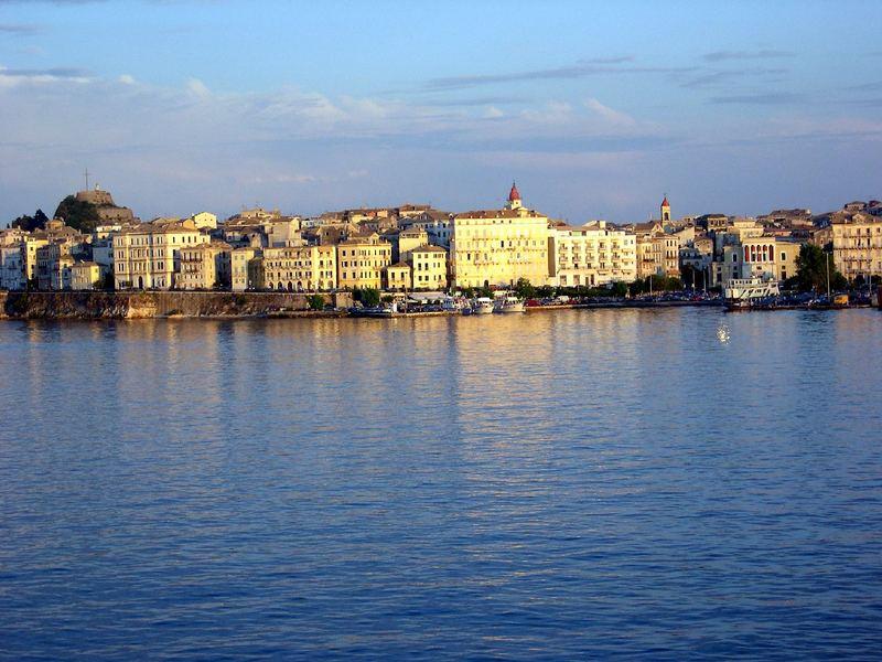 Korfu-Stadt vom Meer aus gesehen