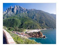 Korsika: Hohe Berge und das Meer nahe beieinander