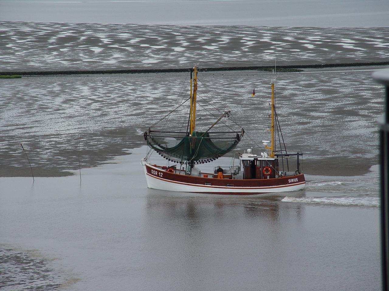 Krabbenkutter beim Einlaufen in den Hafen Dorum an der Nordsee
