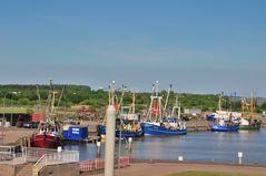 Krabbenkutter im Binnenhafen des Eidersperrwerks
