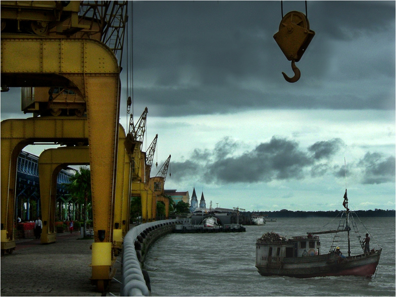 Krähne am alten Hafen von Belem